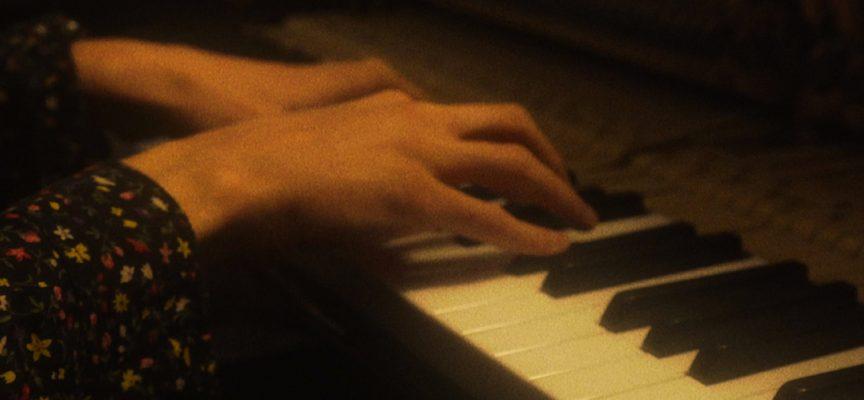 """""""Fuso Orario"""": al giovane Emsa basta un pianoforte per raccontarsi"""